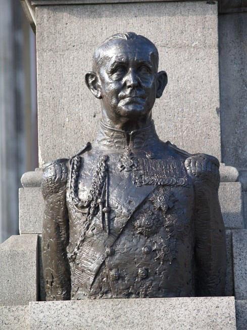 Bronze maintenance of Admiral Cunningham Trafalgar Square